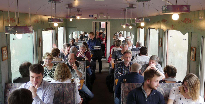 Le train gourmand pour entreprises ou groupes - de Neuchâtel aux mines d'asphalte du Val-de-Travers en passant par les vignobles neuchâtelois.